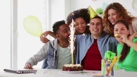 Ευτυχής εταιρικός εορτασμός ομάδων στο κόμμα γραφείων φιλμ μικρού μήκους