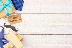 Ευτυχής ετικέττα δώρων ημέρας πατέρων με τα δευτερεύοντα σύνορα των δώρων, των δεσμών και του ντεκόρ στο άσπρο ξύλο στοκ εικόνες με δικαίωμα ελεύθερης χρήσης