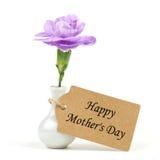 Ευτυχής ετικέττα ημέρας μητέρων με το λουλούδι γαρίφαλων πέρα από το λευκό Στοκ φωτογραφία με δικαίωμα ελεύθερης χρήσης