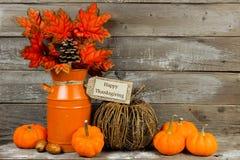 Ευτυχής ετικέττα ημέρας των ευχαριστιών με το ντεκόρ φθινοπώρου ενάντια στο ξύλο στοκ εικόνες