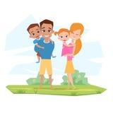 Ευτυχής λευκιά οικογένεια που χαμογελά στη φύση Παιδιά λαβής γονέων Ελεύθερη απεικόνιση δικαιώματος