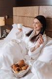 Ευτυχής ευχαριστημένη γυναίκα που έχει ένα θαυμάσιο πρωί Στοκ Φωτογραφίες