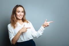 Ευτυχής ευχαριστημένη γυναίκα που δείχνει το αριστερό στοκ εικόνα με δικαίωμα ελεύθερης χρήσης