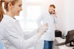 Ευτυχής ευχαριστημένος γιατρός που προετοιμάζεται για την έγχυση στοκ φωτογραφία