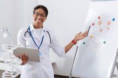 Ευτυχής ευχαριστημένος επιστήμονας που δείχνει στο whiteboard στοκ φωτογραφία με δικαίωμα ελεύθερης χρήσης