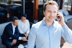 Ευτυχής ευχαριστημένος επιχειρηματίας που κάνει μια κλήση στοκ εικόνες με δικαίωμα ελεύθερης χρήσης