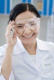 Ευτυχής ευχαριστημένος φαρμακοποιός που φορά ένα labcoat στοκ φωτογραφία με δικαίωμα ελεύθερης χρήσης