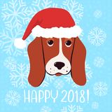Ευτυχής ευχετήρια κάρτα έτους του 2018 διανυσματική νέα με το σκυλί στο καπέλο Χριστουγέννων Στοκ Εικόνες