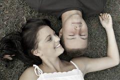 ευτυχής εφηβικός ζευγώ&nu Στοκ φωτογραφίες με δικαίωμα ελεύθερης χρήσης