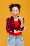 Ευτυχής εύθυμη νέα γυναίκα που γελά και που δείχνει σε σας Στοκ φωτογραφία με δικαίωμα ελεύθερης χρήσης