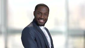 Ευτυχής εύθυμος μαύρος επιχειρηματίας απόθεμα βίντεο