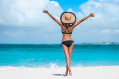 Ευτυχής ελεύθερη γυναίκα καπέλων μπικινιών επιτυχίας διακοπών παραλιών Στοκ φωτογραφία με δικαίωμα ελεύθερης χρήσης