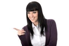 Ευτυχής ελκυστική γυναίκα που γελά και που δείχνει Στοκ φωτογραφία με δικαίωμα ελεύθερης χρήσης