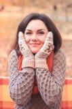 Ευτυχής ελκυστική γυναίκα σε ένα πάρκο Στοκ Εικόνες