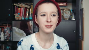 Ευτυχής ελκυστική νέα γυναίκα που έχει μια τηλεοπτική συνομιλία, όπως βλέπει από την άποψη της οθόνης υπολογιστή απόθεμα βίντεο