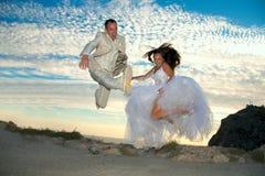 ευτυχής ζευγών παντρεμέν&o Στοκ φωτογραφία με δικαίωμα ελεύθερης χρήσης