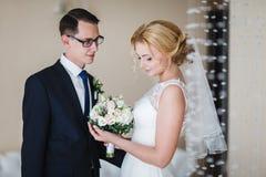 ευτυχής ζευγών παντρεμέν&om Στοκ Φωτογραφίες