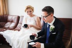 ευτυχής ζευγών παντρεμέν&om Στοκ φωτογραφίες με δικαίωμα ελεύθερης χρήσης