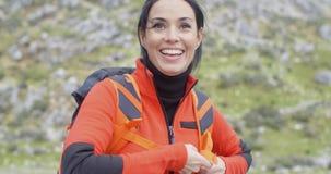 Ευτυχής ζωηρή νέα γυναίκα υπαίθρια στη φύση απόθεμα βίντεο