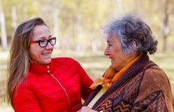 Ευτυχής ηλικιωμένη γυναίκα με την κόρη της στοκ φωτογραφία με δικαίωμα ελεύθερης χρήσης