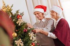 Ευτυχής ηλικιωμένη γυναίκα που αγκαλιάζει το σύζυγό της Στοκ εικόνες με δικαίωμα ελεύθερης χρήσης