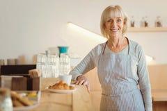 Ευτυχής ηλικιωμένη γυναίκα που εξετάζει σας Στοκ Φωτογραφία