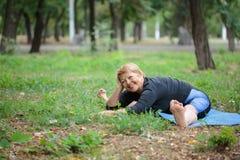 Ευτυχής ηλικιωμένη γυναίκα που κάνει τη γιόγκα σε ένα φυσικό υπόβαθρο Υγιής έννοια γιόγκας διάστημα αντιγράφων στοκ εικόνα με δικαίωμα ελεύθερης χρήσης