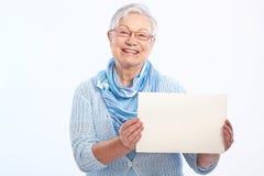 Ευτυχής ηλικιωμένη κυρία με το κενό φύλλο στοκ εικόνες με δικαίωμα ελεύθερης χρήσης