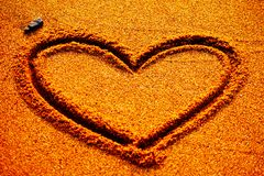 Ευτυχής ημέρα βαλεντίνων - η καρδιά επισύρει την προσοχή στην παραλία Στοκ Εικόνες