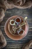 Ευτυχής ημέρα βαλεντίνων ` s! Εκλεκτής ποιότητας φλυτζάνι χαλκού και βασική αγάπη στο παλαιό ξύλινο υπόβαθρο Τοπ όψη στοκ φωτογραφίες με δικαίωμα ελεύθερης χρήσης