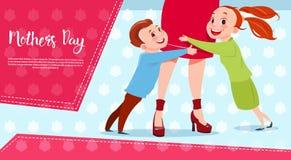 Ευτυχής ημέρα, γιος και κόρη μητέρων που αγκαλιάζουν Mom, έμβλημα ευχετήριων καρτών διακοπών ανοίξεων απεικόνιση αποθεμάτων