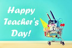 Ευτυχής ημέρα δασκάλων Κάρρο αγορών με τα αντικείμενα χαρτικών Προμήθειες γραφείων και σχολείων Στοκ φωτογραφίες με δικαίωμα ελεύθερης χρήσης