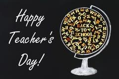 Ευτυχής ημέρα δασκάλων Μια κιμωλία-συρμένη σφαίρα που περιέχει τις ξύλινες επιστολές του αγγλικού αλφάβητου και μιας επιγραφής πί Στοκ φωτογραφία με δικαίωμα ελεύθερης χρήσης