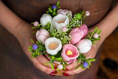 Ευτυχής ημέρα μητέρων, ημέρα των γυναικών, γενέθλια ή έννοια γαμήλιου χαιρετισμού Ανθοδέσμη των τριαντάφυλλων στο θολωμένο υπόβαθ στοκ εικόνες