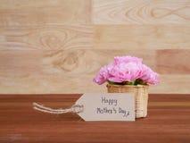 Ευτυχής ημέρα μητέρων ` s γραφής και λουλούδι 2 γαρίφαλων Στοκ εικόνες με δικαίωμα ελεύθερης χρήσης