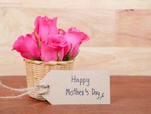 Ευτυχής ημέρα μητέρων ` s γραφής και λουλούδι 3 γαρίφαλων Στοκ Εικόνες