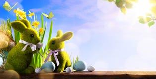 Ευτυχής ημέρα Πάσχας τέχνης  λαγουδάκι οικογενειακού Πάσχας και αυγά Πάσχας Στοκ εικόνες με δικαίωμα ελεύθερης χρήσης