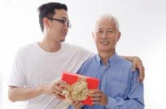 Ευτυχής ημέρα πατέρων και κιβώτιο δώρων στοκ φωτογραφίες