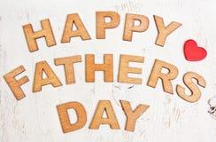 Ευτυχής ημέρα πατέρων με τις ξύλινες επιστολές σε ένα παλαιό άσπρο backgroun Στοκ Φωτογραφία