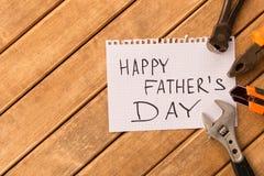 Ευτυχής ημέρα πατέρων ` s Διαφορετικά εργαλεία στο ξύλινο υπόβαθρο Στοκ Εικόνες