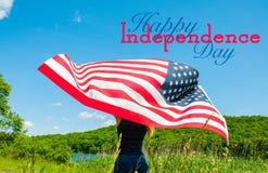 Ευτυχής ημέρα της ανεξαρτησίας, 4η του Ιουλίου american flag holding woman young στοκ εικόνες με δικαίωμα ελεύθερης χρήσης