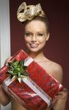 Ευτυχής δημιουργική γυναίκα με το δώρο Χριστουγέννων Στοκ φωτογραφία με δικαίωμα ελεύθερης χρήσης
