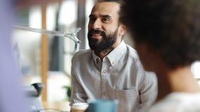 Ευτυχής δημιουργική ομάδα με την ομιλία καφέ στην αρχή απόθεμα βίντεο