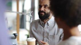 Ευτυχής δημιουργική ομάδα με την ομιλία καφέ στην αρχή φιλμ μικρού μήκους