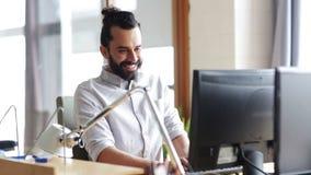 Ευτυχής δημιουργικός εργαζόμενος γραφείων αρσενικών με τον υπολογιστή φιλμ μικρού μήκους
