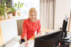 Ευτυχής δημιουργικός εργαζόμενος γραφείων θηλυκών με τους υπολογιστές Στοκ φωτογραφία με δικαίωμα ελεύθερης χρήσης