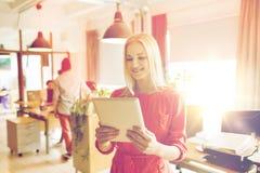 Ευτυχής δημιουργικός εργαζόμενος γραφείων θηλυκών με το PC ταμπλετών Στοκ Εικόνες
