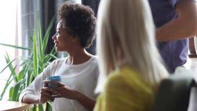 Ευτυχής δημιουργικός καφές κατανάλωσης ομάδων στην αρχή απόθεμα βίντεο