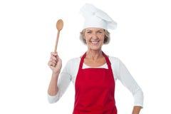 Ευτυχής ηλικίας αρχιμάγειρας που κρατά το ξύλινο κουτάλι Στοκ Εικόνα