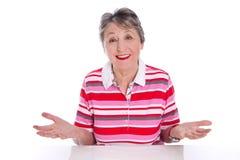 Ευτυχής ηλικιωμένη γυναίκα - ηλικιωμένη γυναίκα που απομονώνεται στο άσπρο υπόβαθρο Στοκ εικόνες με δικαίωμα ελεύθερης χρήσης